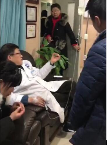 春节前复诊病人激增,詹伟华院长带病坚持会诊